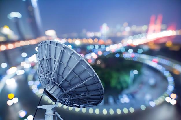 Bild von parabolischen satellitenschüssel-raumfahrttechnikempfängern Premium Fotos