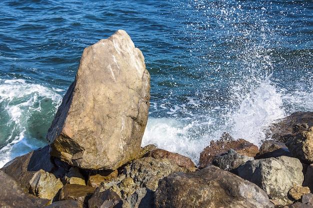 Bild von steinen im meer mit wellen, blick vom ufer Premium Fotos