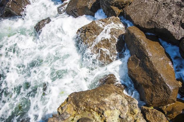 Bild von steinen im meer mit wellen, luftaufnahme Premium Fotos
