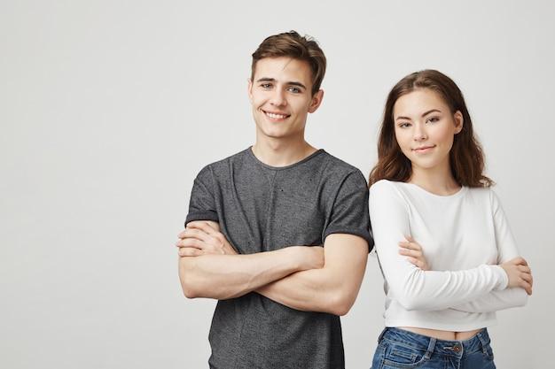 Bild von zwei freunden, die nebeneinander stehen. Kostenlose Fotos