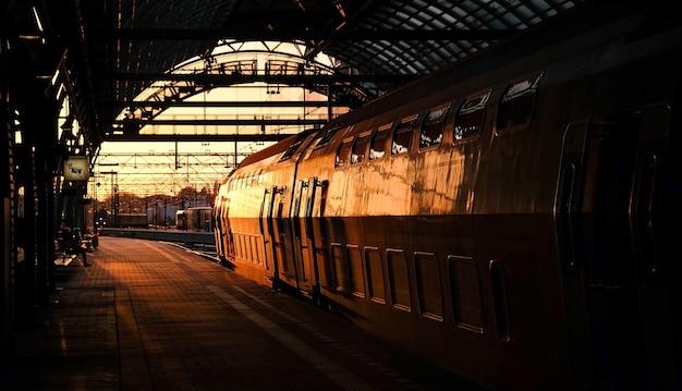 Bilden sie im sonnenuntergang in der station in amsterdam aus Premium Fotos