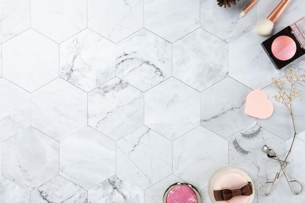 Bilden sie kosmetische draufsicht der flachen lage auf dem weißen farbblick des fliesenmarmors sauber Premium Fotos