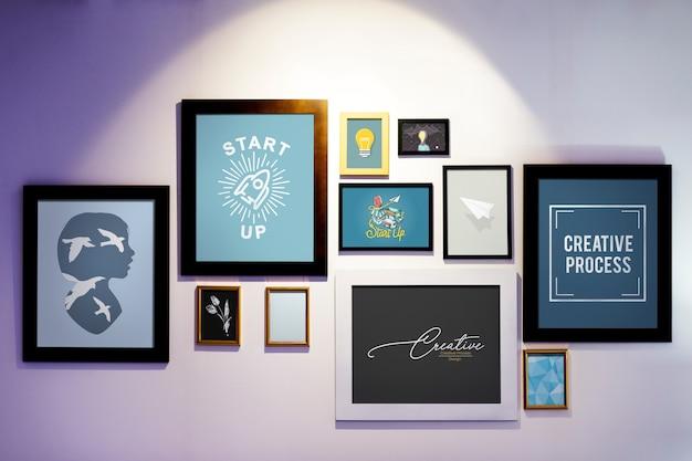 Bilderrahmen mit kreativen Illustrationen an einer Wand Premium Fotos