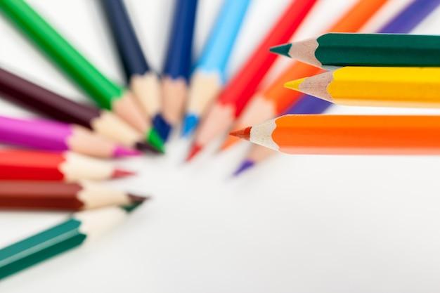 Bildung oder zurück zu schulkonzept. schließen sie herauf makroschuß des farbbleistifts Premium Fotos