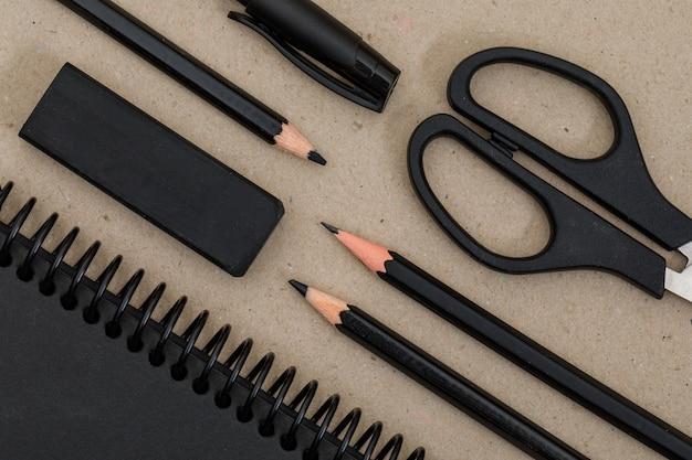 Bildungskonzept mit stiften, stift, schere, notizbuch, radiergummi auf papier. Kostenlose Fotos