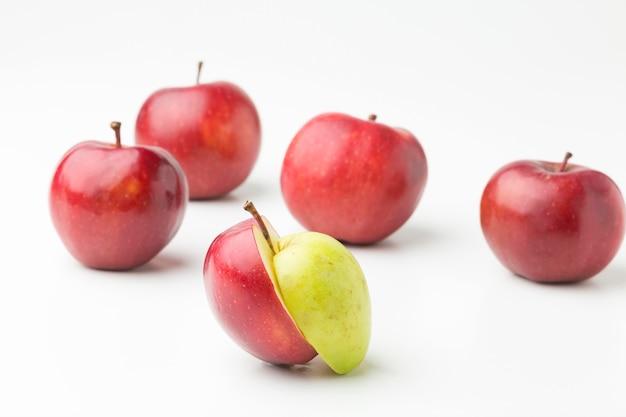 Bio-äpfel auf dem tisch ausgerichtet Kostenlose Fotos
