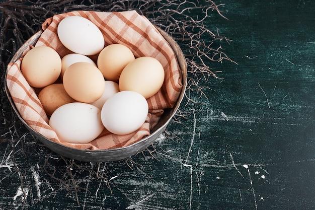 Bio-eier in einer karierten tischdecke. Kostenlose Fotos