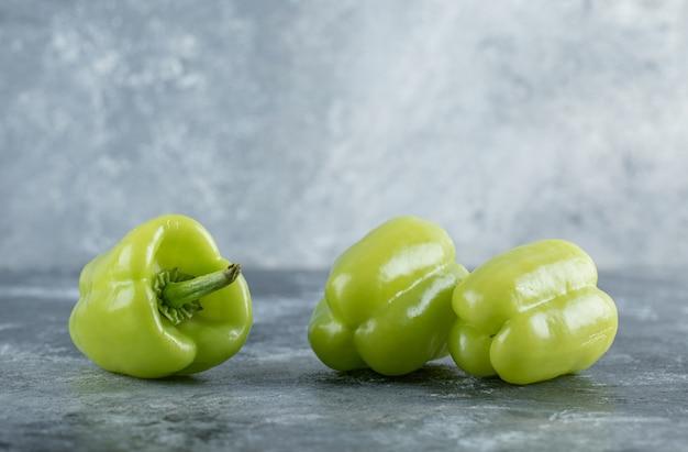 Bio frischer grüner pfeffer auf grauem hintergrund. hochwertiges foto Kostenlose Fotos