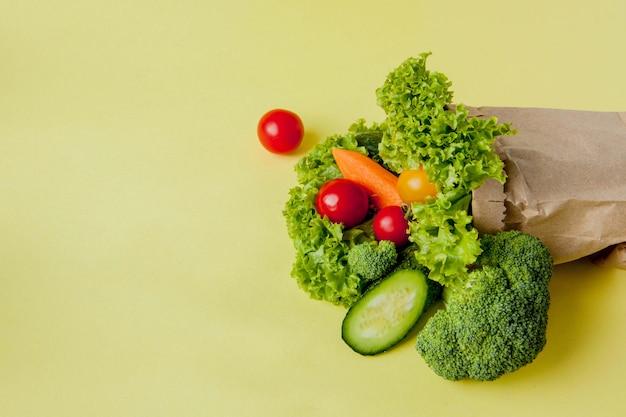 Bio-gemüse auf gelbem grund. Premium Fotos