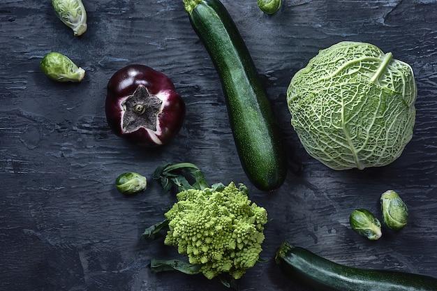 Bio-gemüse auf holztisch. draufsicht Kostenlose Fotos