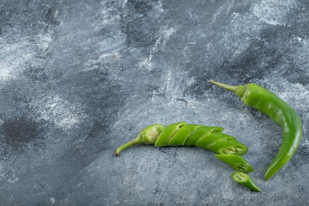 Bio grüne scharfe chilischoten mit scheiben. hochwertiges foto Kostenlose Fotos