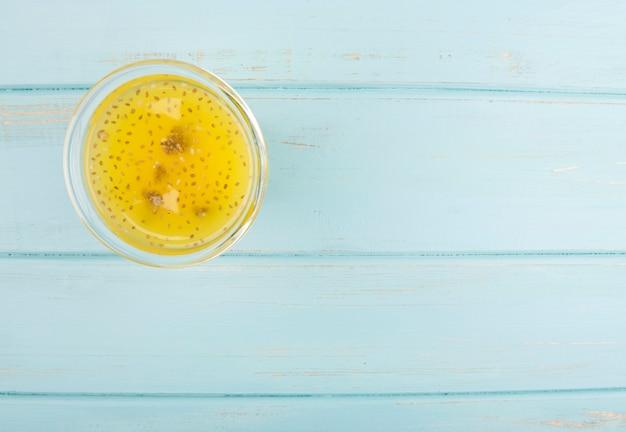 Bio-zitrus-smoothie auf blauem hölzernem hintergrund Kostenlose Fotos