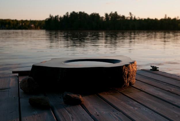 Birdbath auf einem dock, see des holzes, ontario, kanada Premium Fotos