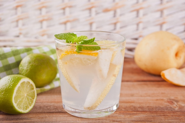 Birnenlimonade oder mojito-cocktail mit birne, zitrone und minze, kaltem erfrischungsgetränk oder getränk Premium Fotos