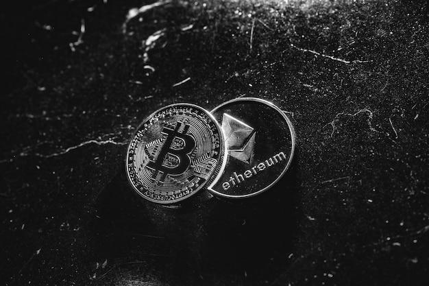 Bitcoin auf dunklem hintergrund. ethereum und bitcoin steigen und fallen im preis. der große wert der kryptowährung auf dem wirtschaftsmarkt. handel - neue möglichkeiten bitcoin. Premium Fotos