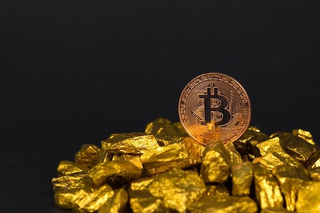 Bitcoin digitale währung und goldnugget oder golderz Premium Fotos