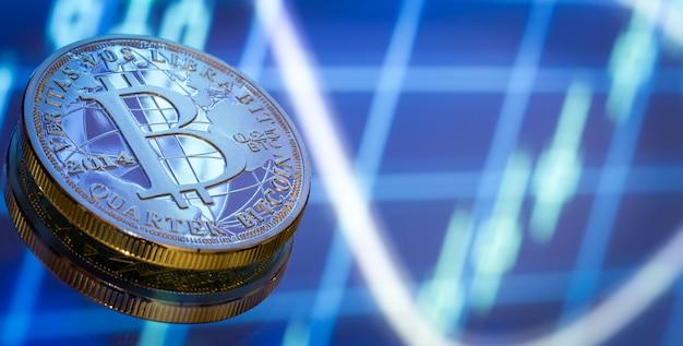 Bitcoin, ein neues konzept für virtuelles geld, grafik und digitalen hintergrund. goldmünze mit dem bild des buchstabens b. mining oder der blockchain-technologie, nahaufnahme Kostenlose Fotos