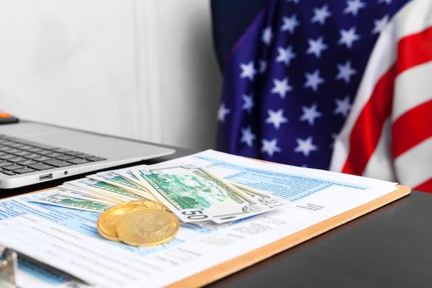 Bitcoin goldene münzen auf einem dollarbanknotenbüro Premium Fotos