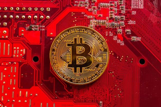 Bitcoin mit leiterplatten-mikrochips, virtueller kryptowährung, goldbergbau, blockchain-technologie. Premium Fotos