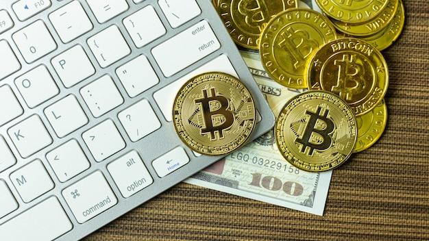 Bitcoin-münze auf silberner tastatur für kryptowährungsinhalt. Premium Fotos