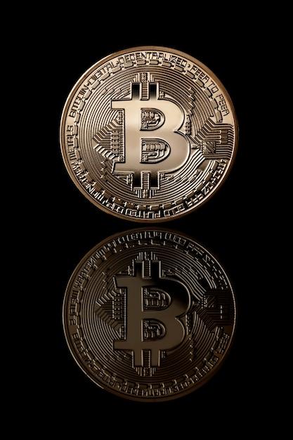 Bitcoin-münzen mit virtuellem geld. bitcoin goldmünze von gesichtsseite isoliert. unternehmenskonzept. bitcoin-kryptowährung. Premium Fotos