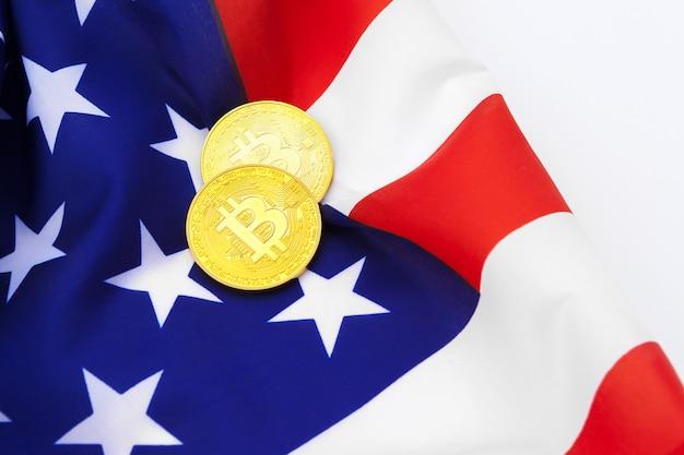 Bitcoin physische münzen auf der amerikanischen flagge mit bitcoin-münzen Premium Fotos