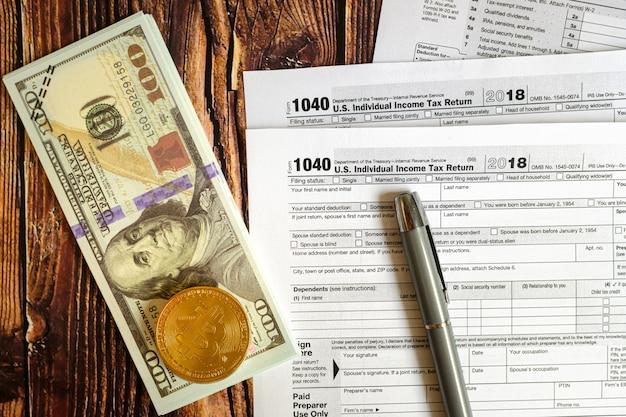 Bitcoin und dollars müssen auf dem formular 1040 der amerikanischen steuern angegeben werden. Premium Fotos