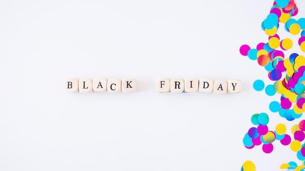 Black friday-inschrift auf kleinen würfeln Kostenlose Fotos
