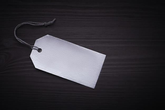 Black friday-text auf einem schwarzen tag auf schwarzem papier Premium Fotos