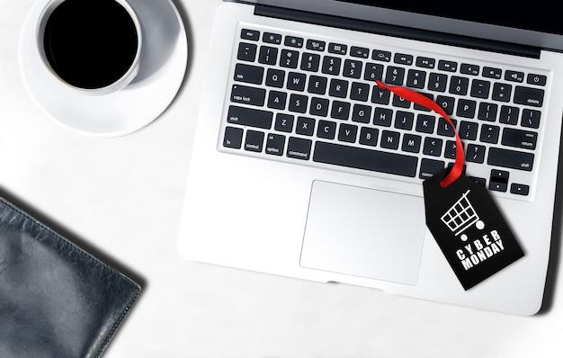 Black label mit cyber monday text über dem laptop auf dem schreibtisch Premium Fotos
