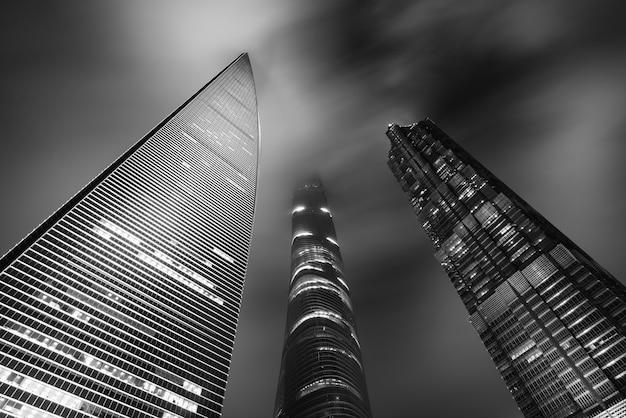 Black & white von shanghai-wolkenkratzern ragen nachts in shanghai, china hoch Premium Fotos