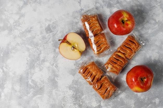 Blätterteigplätzchen füllten mit apfelmarmelade und frischen roten äpfeln auf leichtbeton Kostenlose Fotos