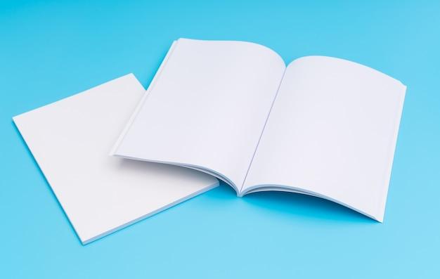Blank katalog, zeitschriften, buch mock up auf blauem hintergrund. . Kostenlose Fotos