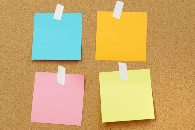 Blankopapier notizen stick auf kork board kork board mit leeren post it Premium Fotos