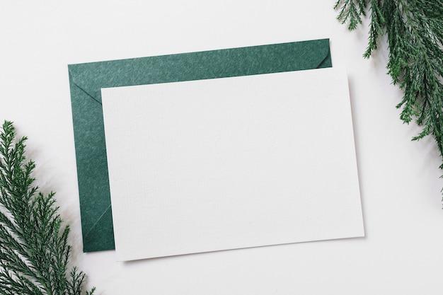 Blatt papier mit grünem umschlag auf tabelle Kostenlose Fotos