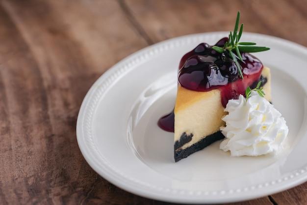 Blaubeer-new york-käsekuchen mit schlagsahne Premium Fotos