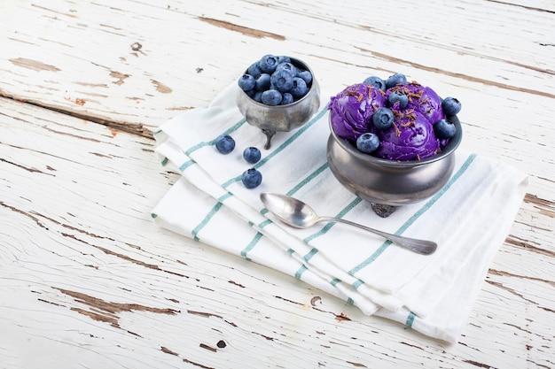 Blaubeereis auf zinntasse Premium Fotos
