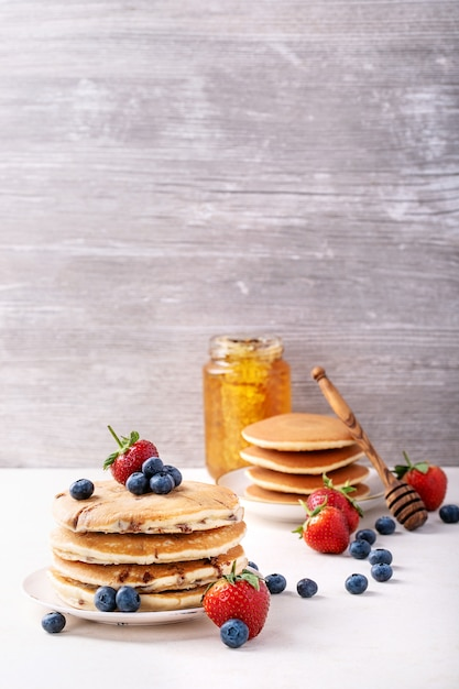 Blaubeerpfannkuchen gedient mit honig Premium Fotos