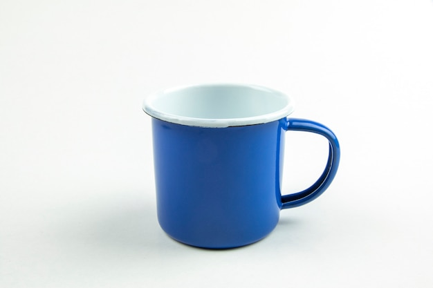 Blaue blechbecher. Premium Fotos