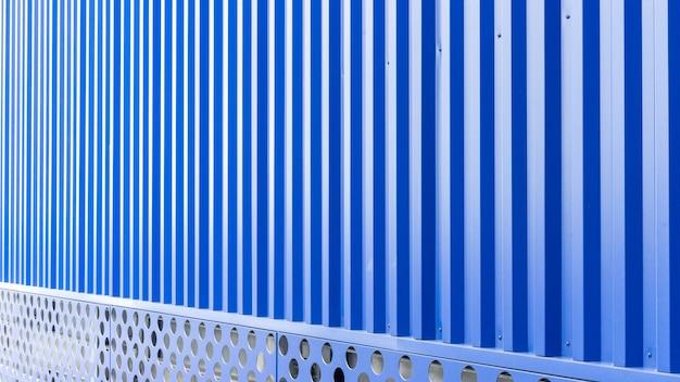Blaue blechtafel des industriegebäudes und des baus Premium Fotos