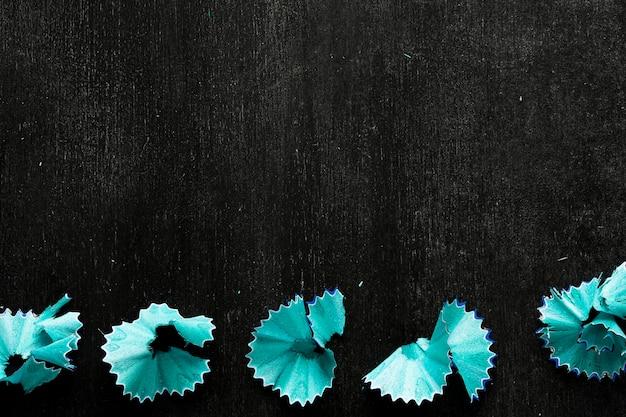 Blaue bleistiftchips auf schwarzem schreibtisch Kostenlose Fotos