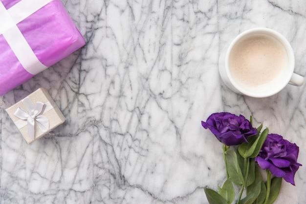 Blaue blumen mit kaffeetasse und geschenken Kostenlose Fotos