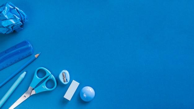 Blaue bürogeräte auf schreibtisch Kostenlose Fotos