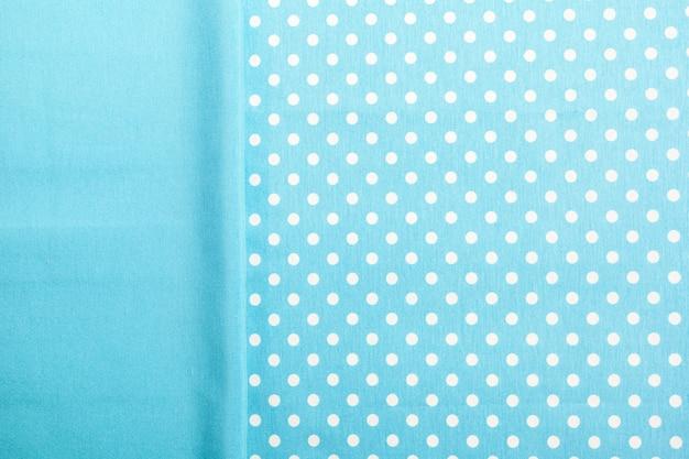 Blaue ebene und punktierte tischdecke Premium Fotos