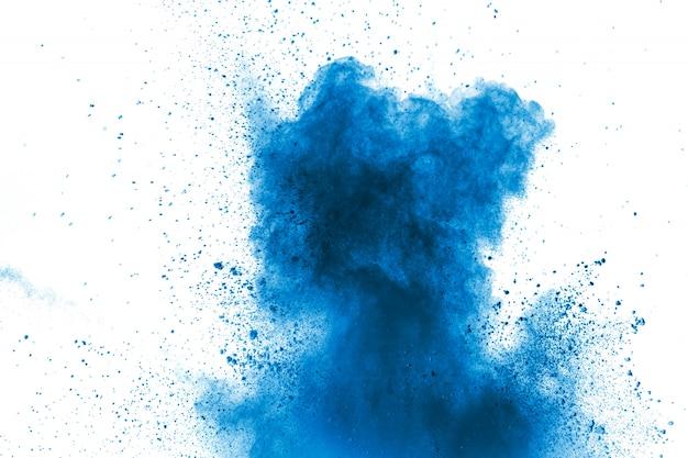 Blaue farbe pulver explosion wolke. nahaufnahme des blauen staubteilchenspritzens auf hintergrund. Premium Fotos