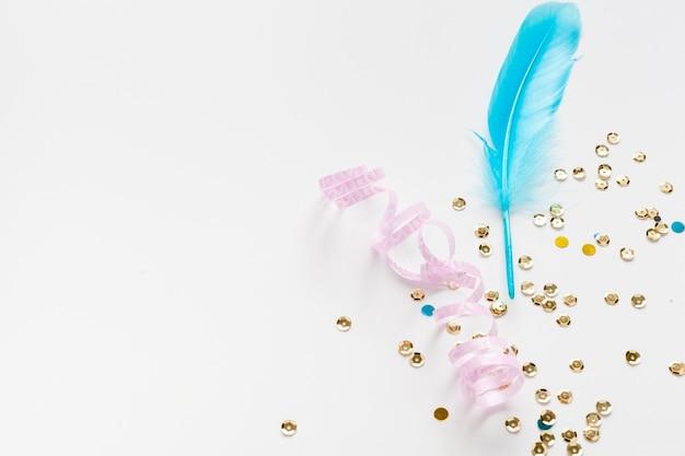 Blaue feder mit goldenem paillettekopienraum Kostenlose Fotos