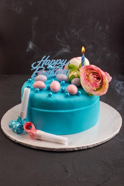 Blaue geburtstagstorte der vorderansicht mit blume auf oberer kuchenfarbe Kostenlose Fotos