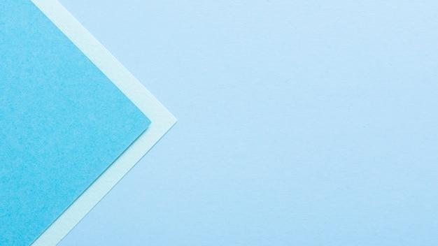 Blaue getonte dreieckige papierblätter mit exemplarplatz Kostenlose Fotos