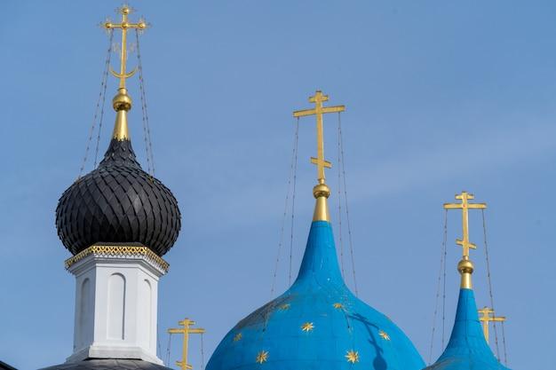 Blaue hauben der russisch-orthodoxen kirche im vysotsky-kloster, serpukhov-stadt, moskau-region. Premium Fotos