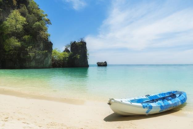 Blaue kajaks am tropischen strand in phuket, thailand. sommer-, ferien- und reisekonzept. Premium Fotos